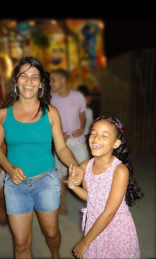 Filha usa roupas da mãe que morreu para relembrar bons momentos que viveram juntas [VÍDEO] 2