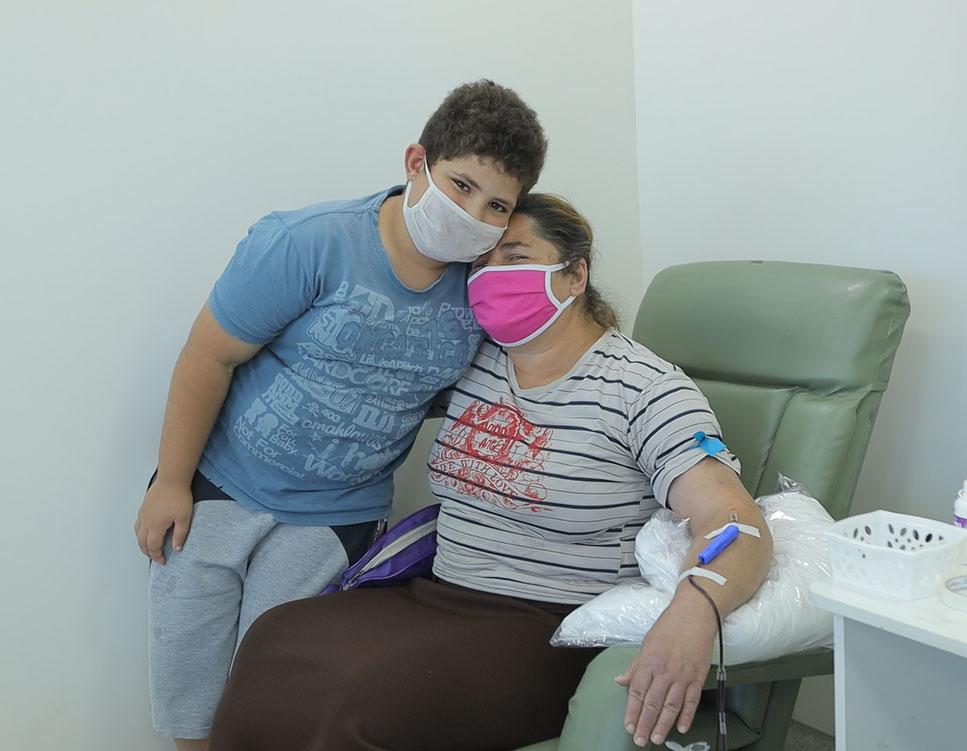 menino abraça mãe doadora sangue