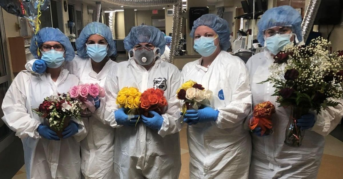 marido apaixonado envia flores pra mulher internada com covid
