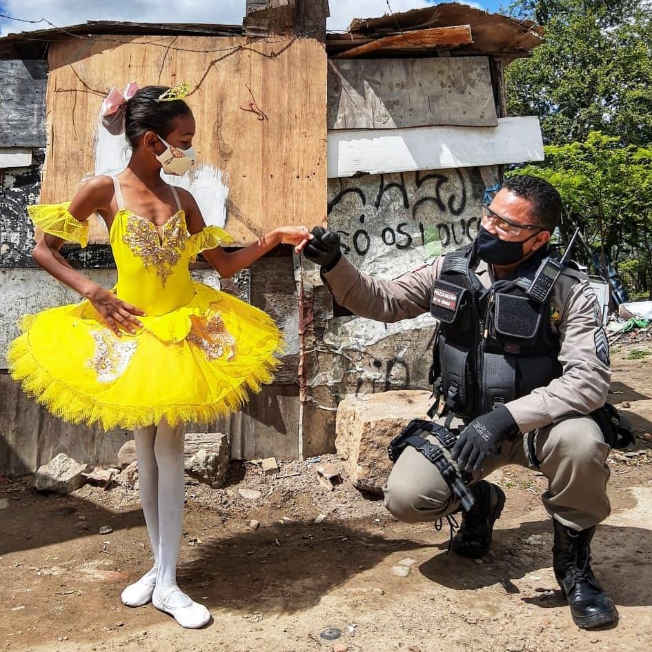 menina de bailarina com policial