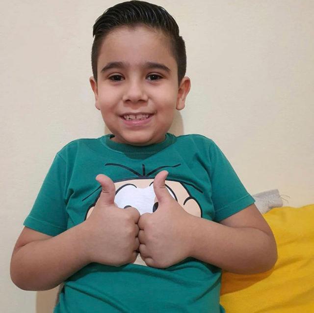 menino usando camisa cebolinha turma da mônica