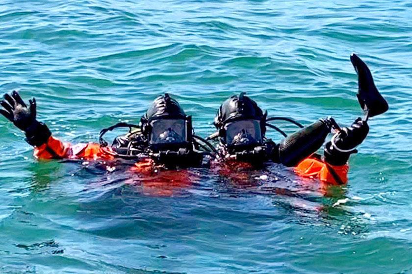 mergulhadores mostram prótese atleta paralímpico retirada mar
