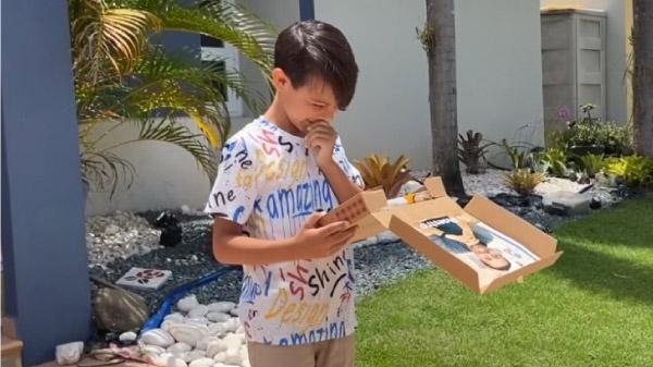 aluno recebendo pizza surpresa