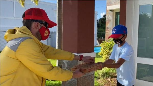 professor entregando pizza