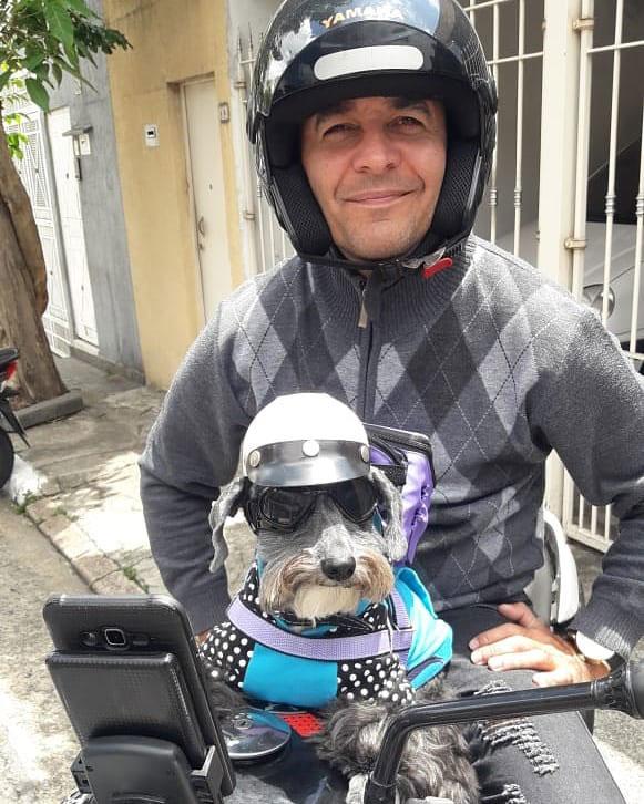 motoboy e cadelinha em cima moto