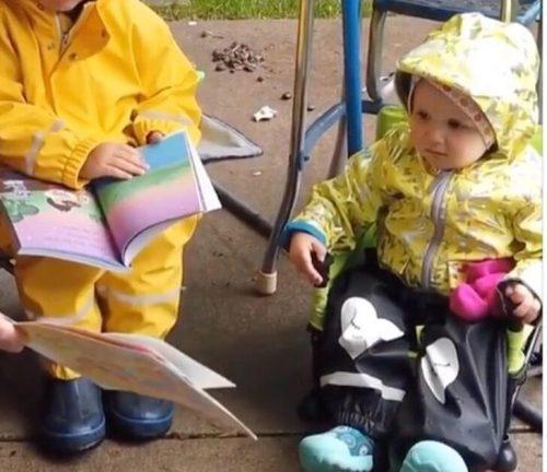 dois garotinhos lendo