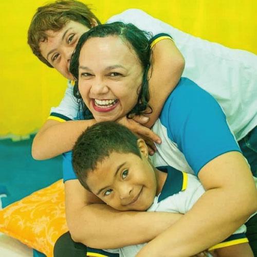 Noadias abraçada com alunos