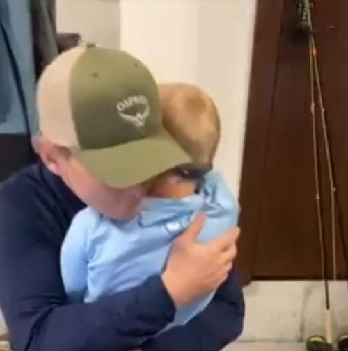 pai abraçando filho com sindrome de down