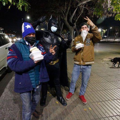 O chileno que se veste de Batman para distribuir comida aos necessitados 2