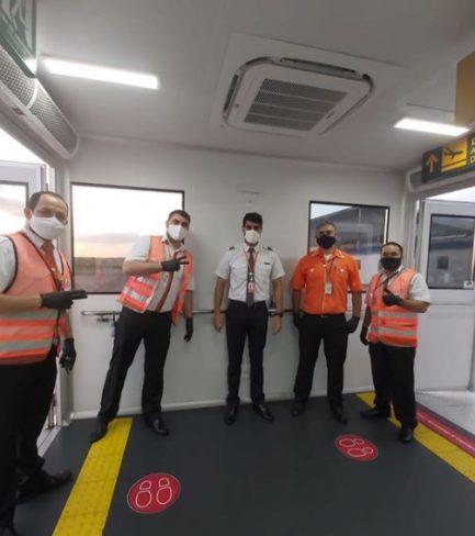 Piloto de aeronave com funcionários de aeroporto