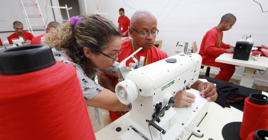 Detentos diminuem pena e garantem assistência às famílias produzindo camisetas (MG) 4