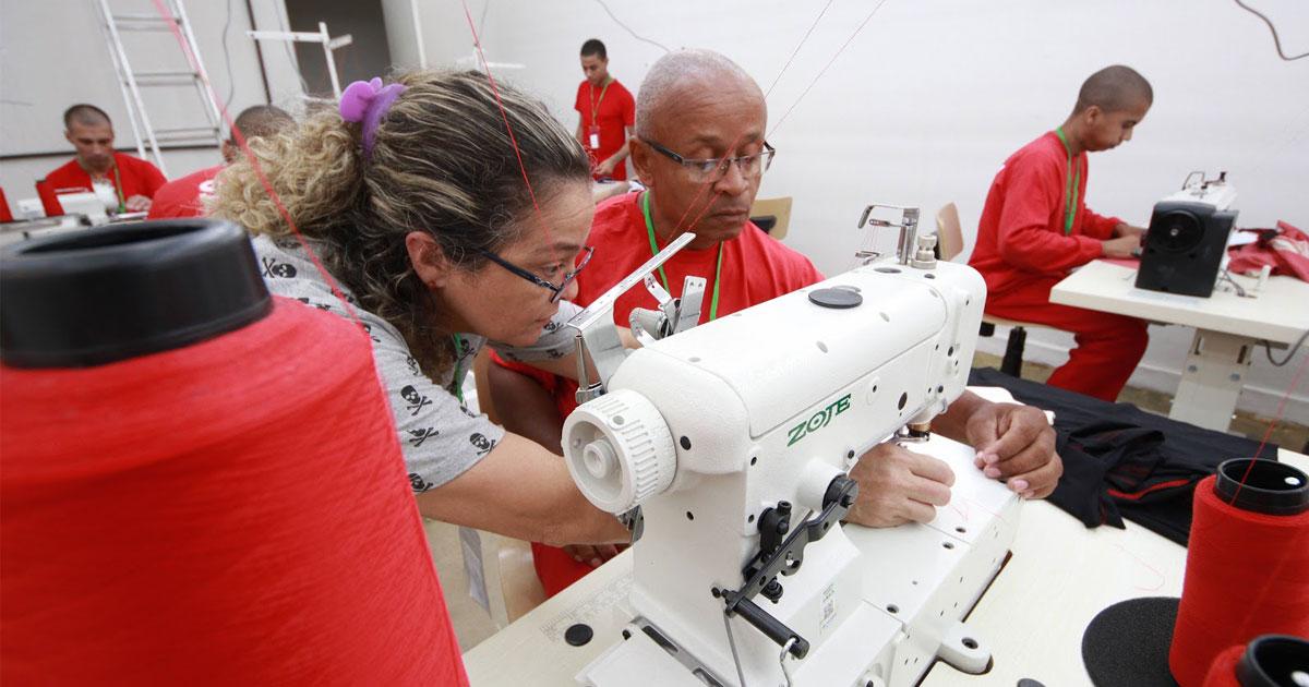 Detentos diminuem pena e garantem assistência às famílias produzindo camisetas (MG) 2