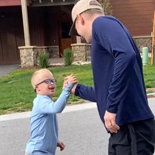 ryan brincando com pai