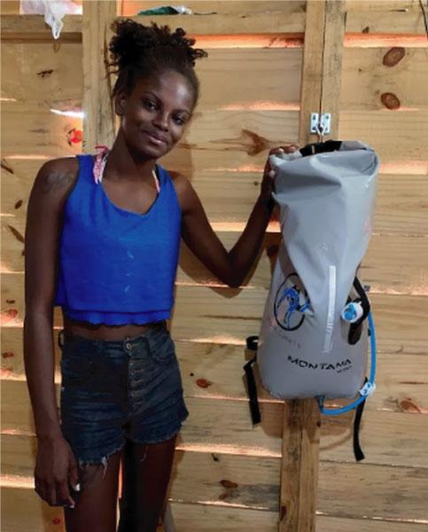 Suellen mostra a mochila-filtro
