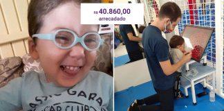 criança óculos sorrindo sessão fisioterapia primeiros passos