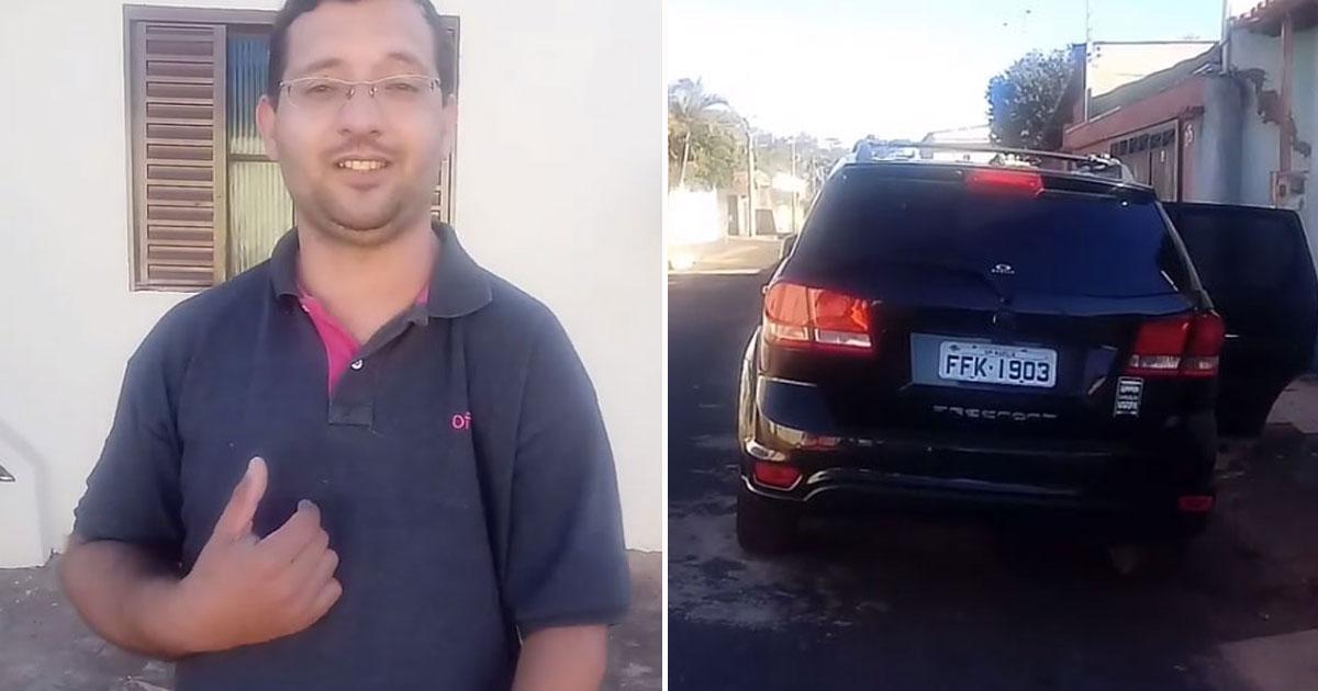 do lado esquerdo homem falando e do lado direito a traseira de um carro