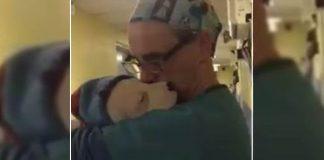 veterinário dá colo cadelinha não parava chorar após cirurgia
