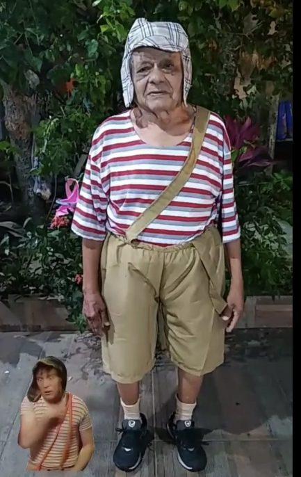 Idoso vestido de Chaves