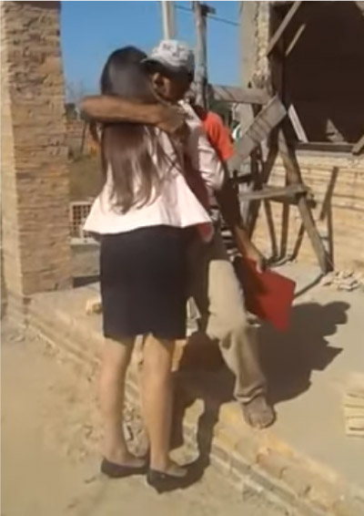 Yudit abraçando o pai