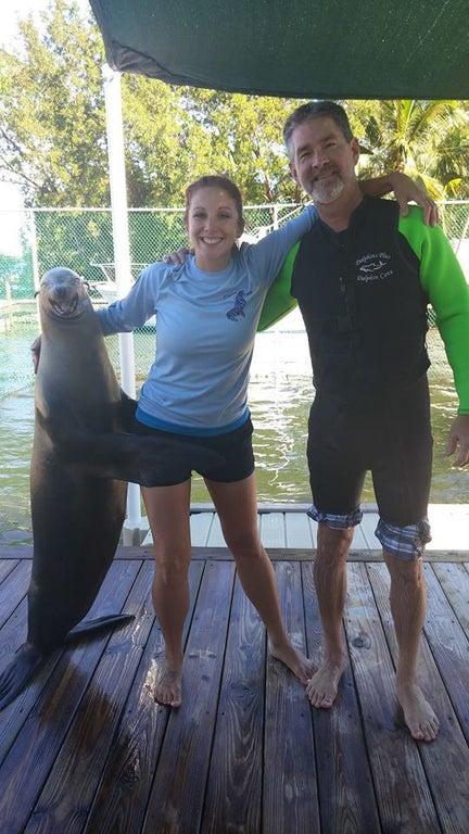 casal abraçado com uma foca