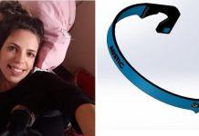 Mulher autista deitada na cama e ao lado a haste que ela desenvolveu para diminuir ruídos