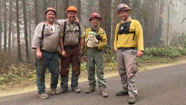 baby yoda e os bombeiros