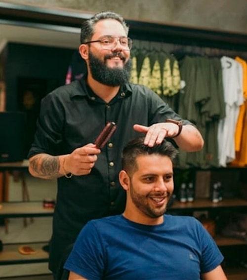 barbeiros raspam o cabelo 2