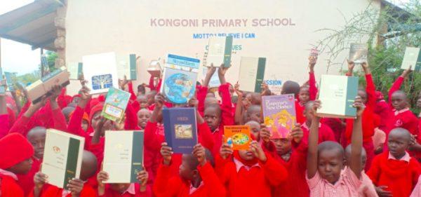 alunos com livros doados por roy