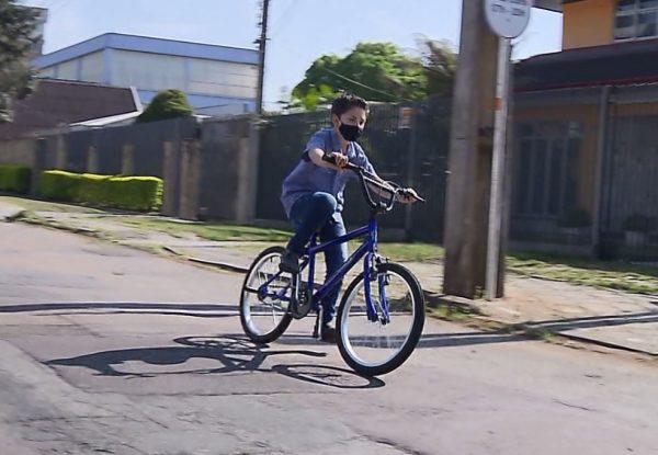 benicio andando de bicicleta