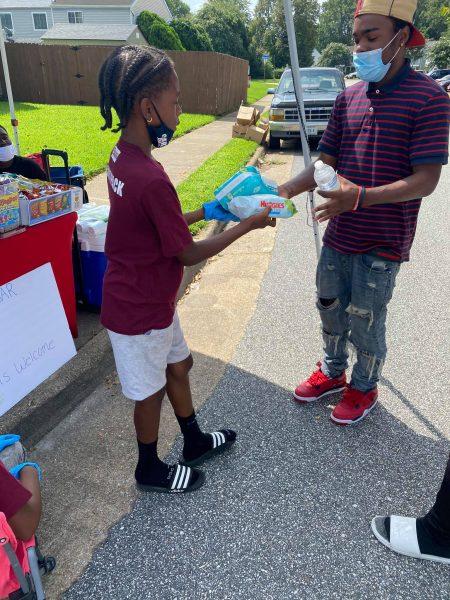 cartier entregando doações