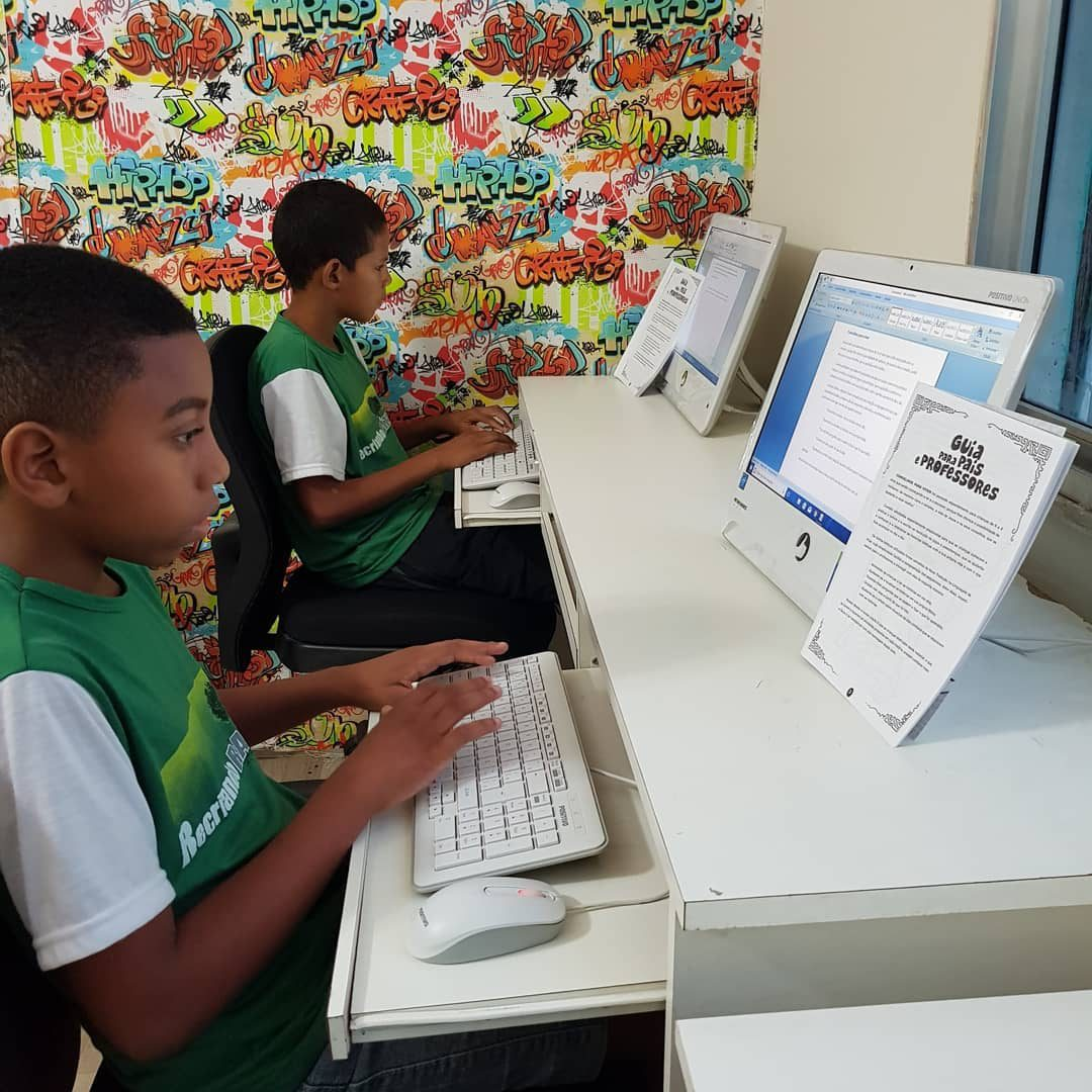 crianças negras curso informática
