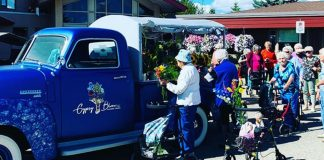 homem compra caminhao de flores para idosos