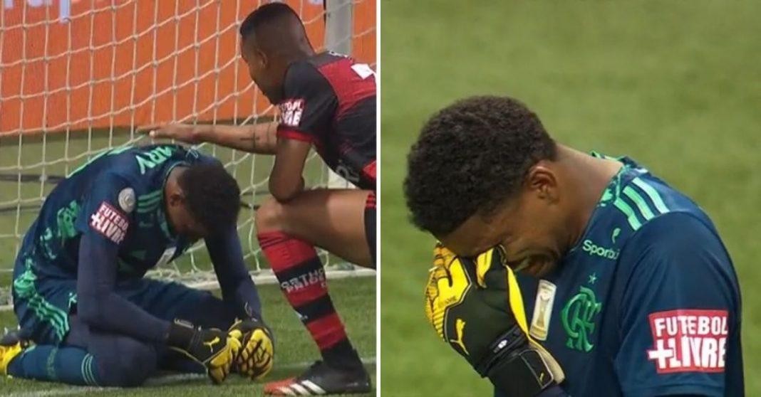 Goleiro do Flamengo ajoelhado e chorando recebendo afago de zagueiro