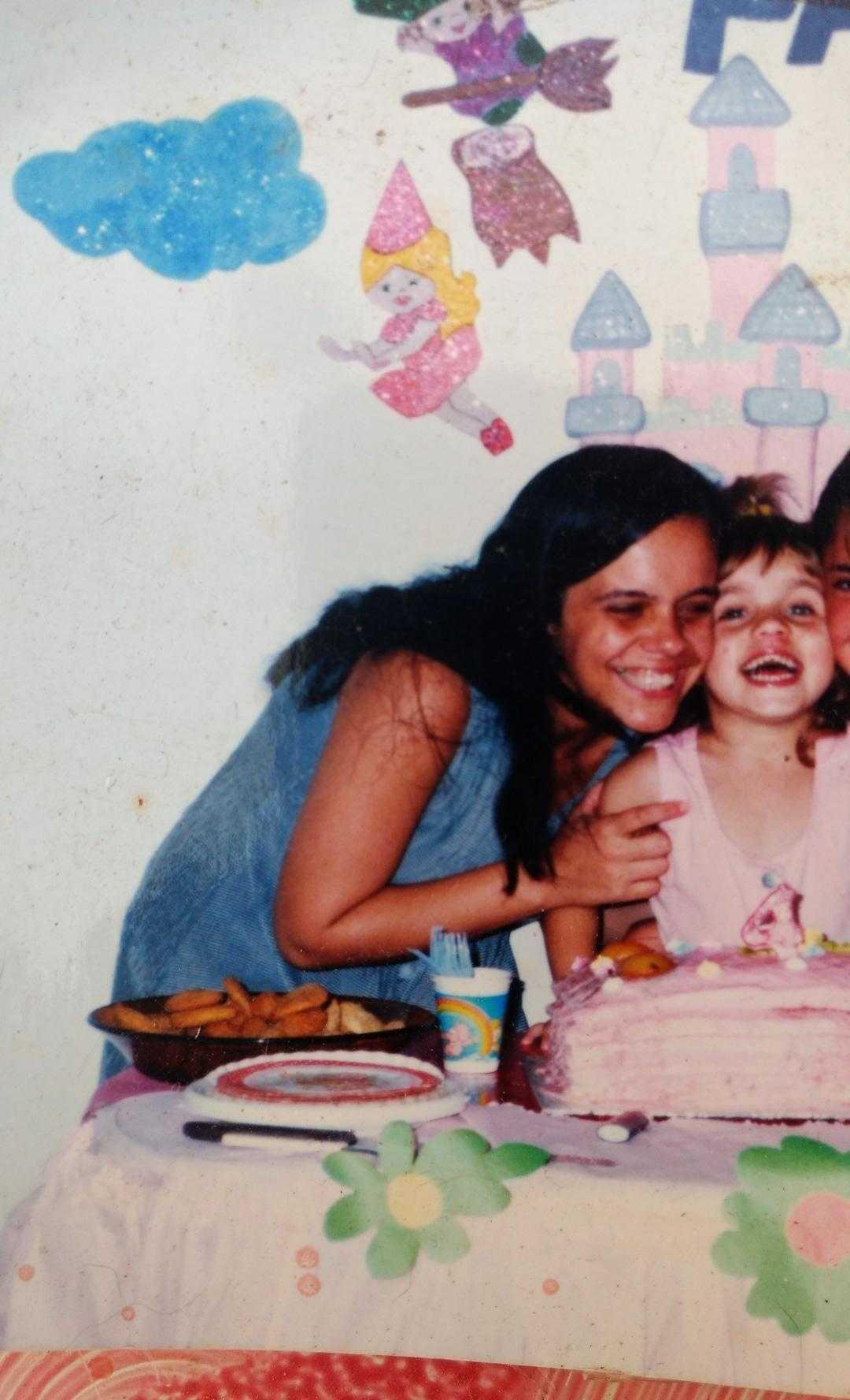 mãe e filha soprando vela aniversário