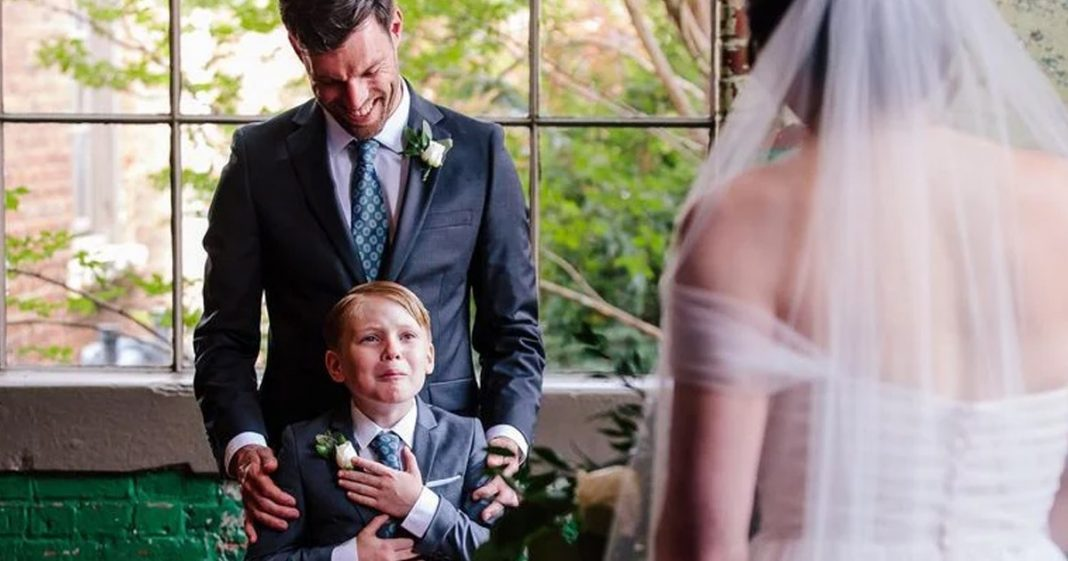 menino chorando ao ver sua madrasta vestida de noiva