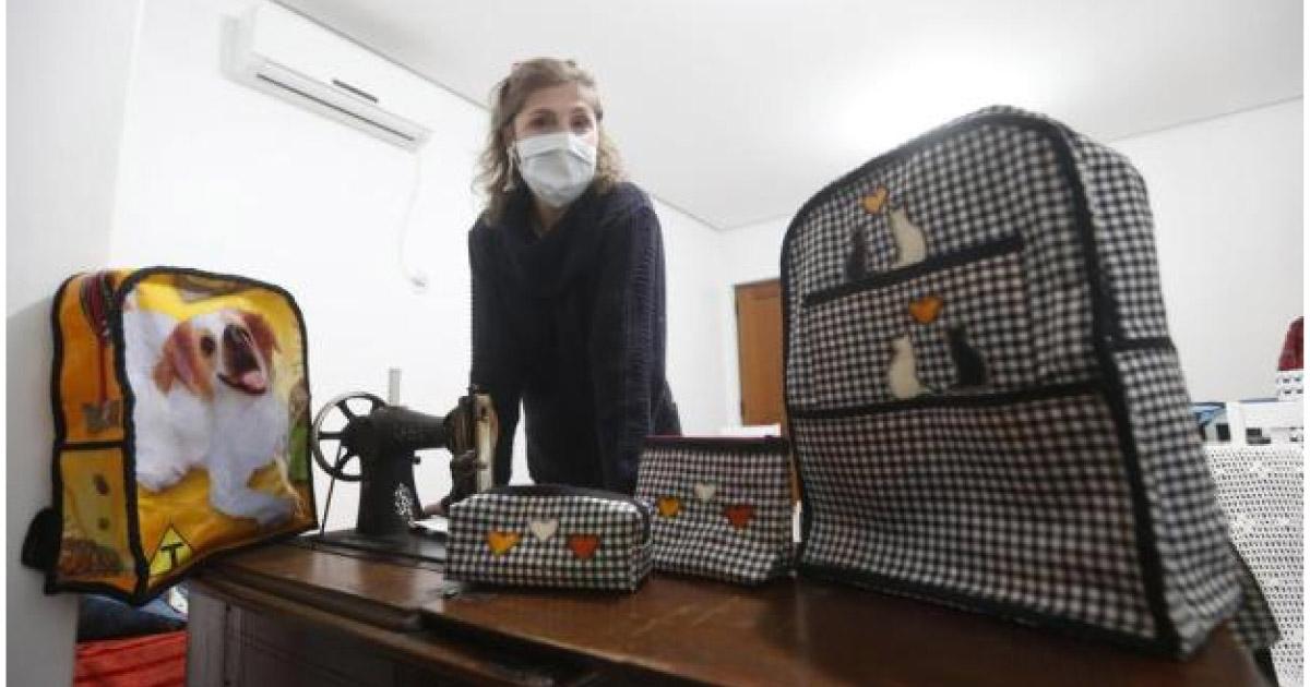 Professora transforma sacos de ração em estojos e mochilas e doa para crianças carentes em Santa Cruz do Sul (RS) 1
