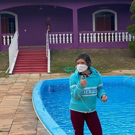 Mulher em clínica de reabilitação na frente da piscina