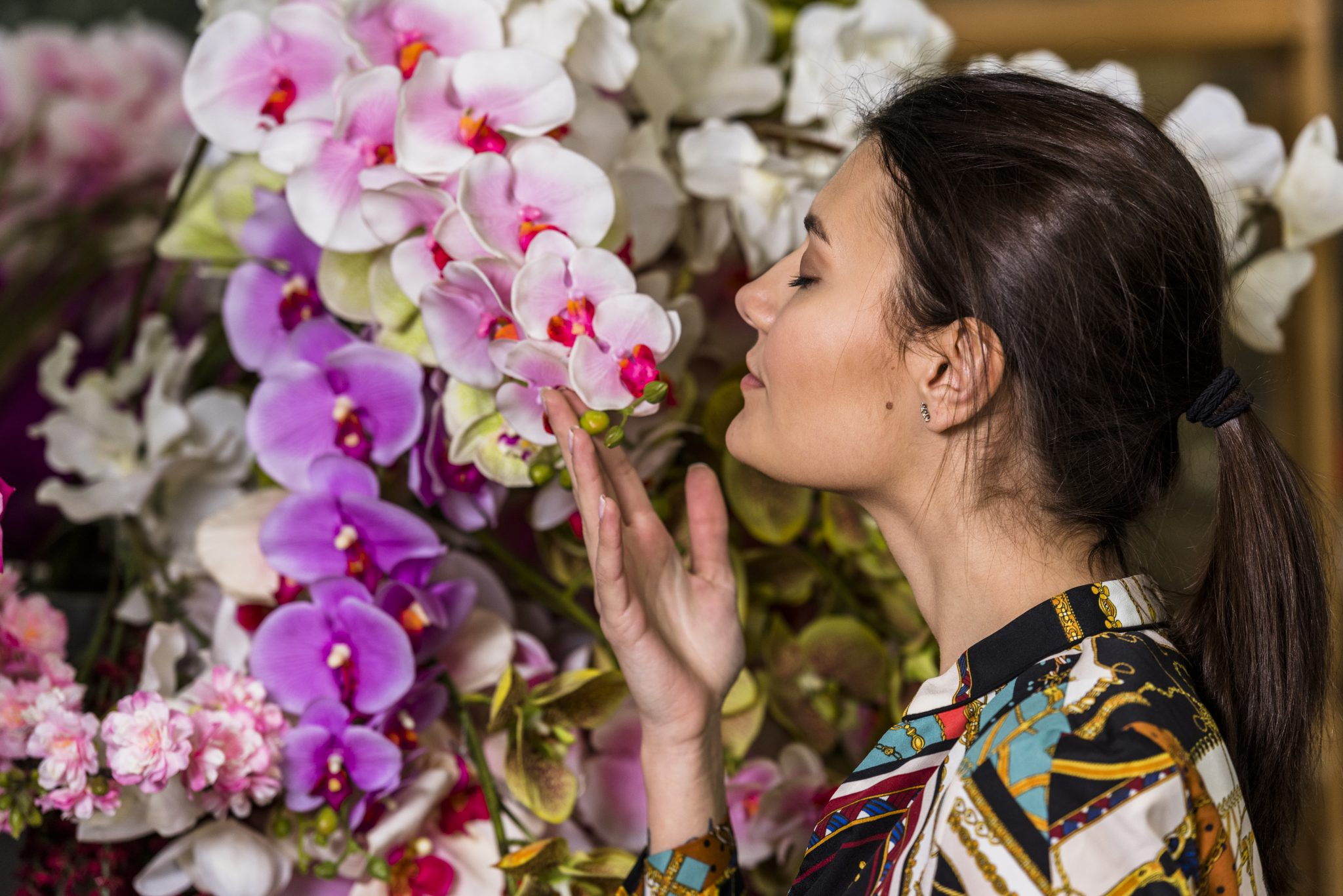 mulher cheirando aroma flores