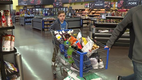 Nathan compra mantimentos para doação