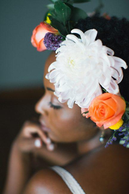 Mulher negra com laço de flor no cabelo