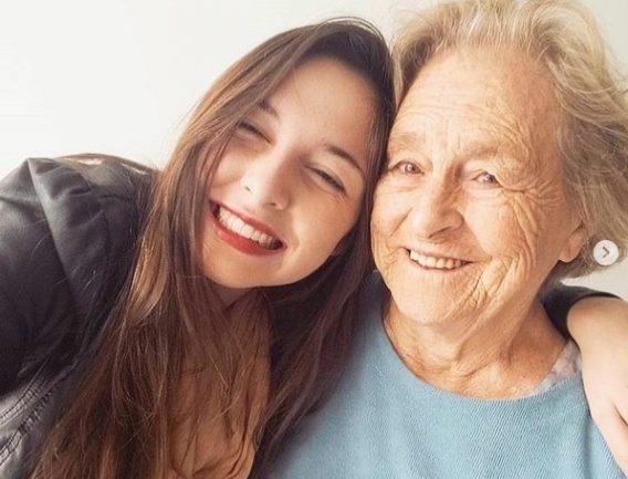 Avó e neta abraçadas