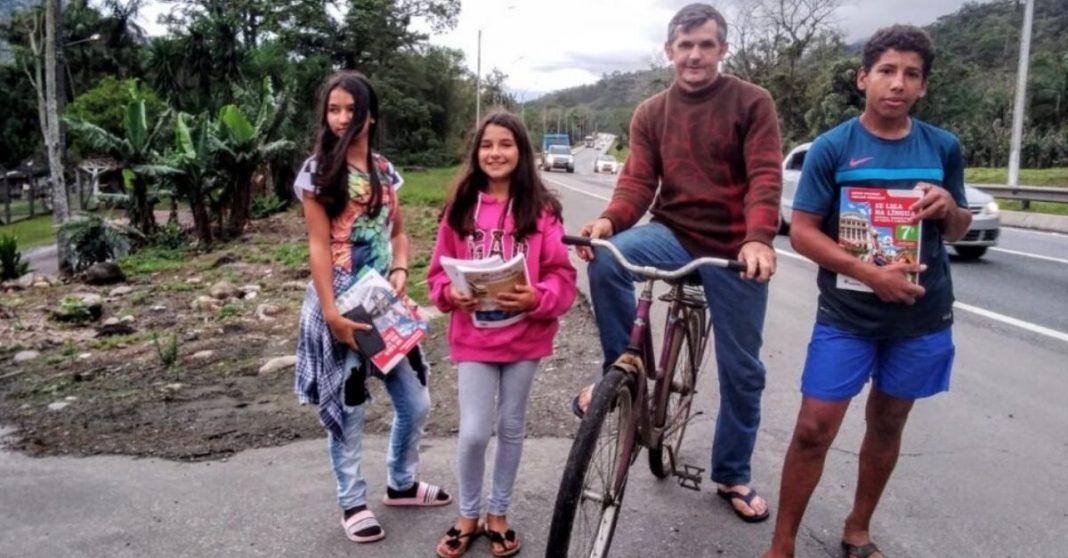 pai pedala pegar atividades filhos escola