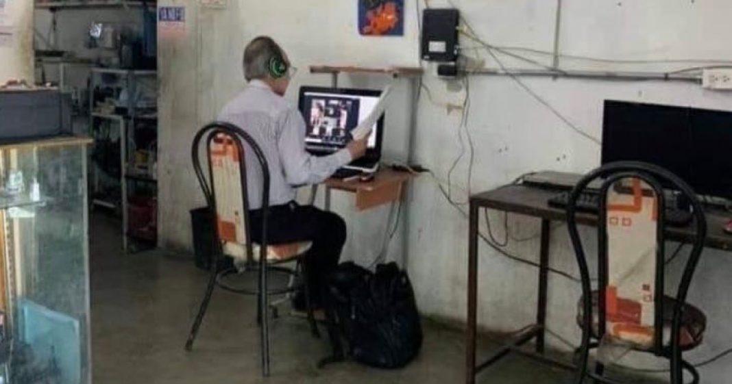 Professor vai todos os dias até lan house para dar suas aulas online para seus alunos 1