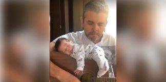 ravi e o pai no violão