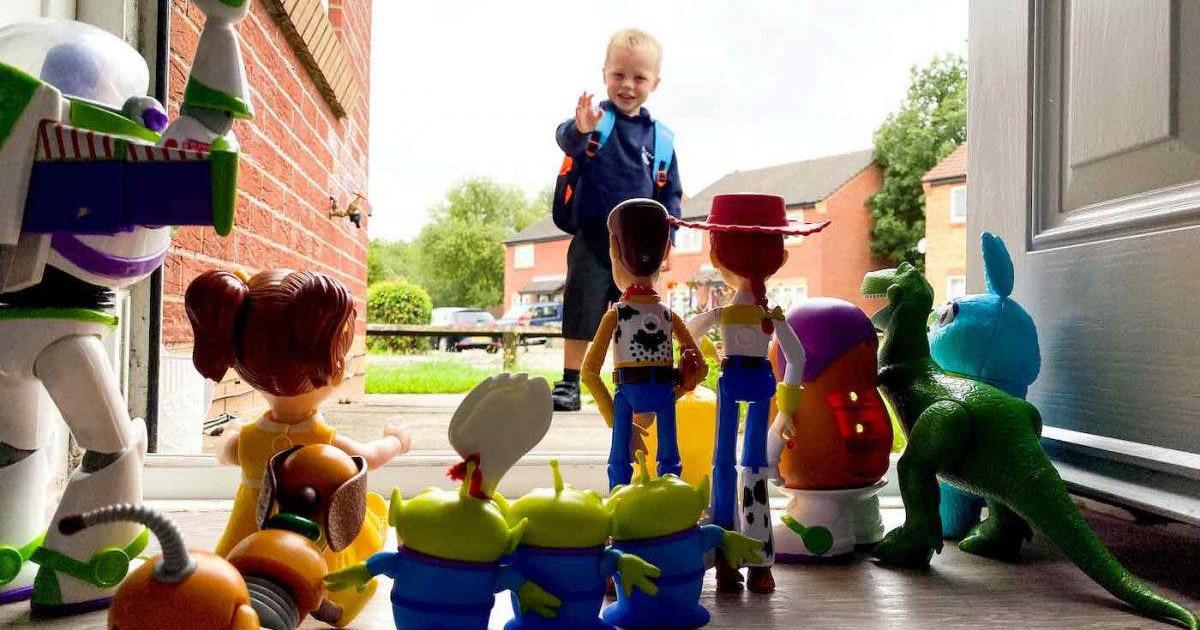 menino reproduz cena de Toy Story