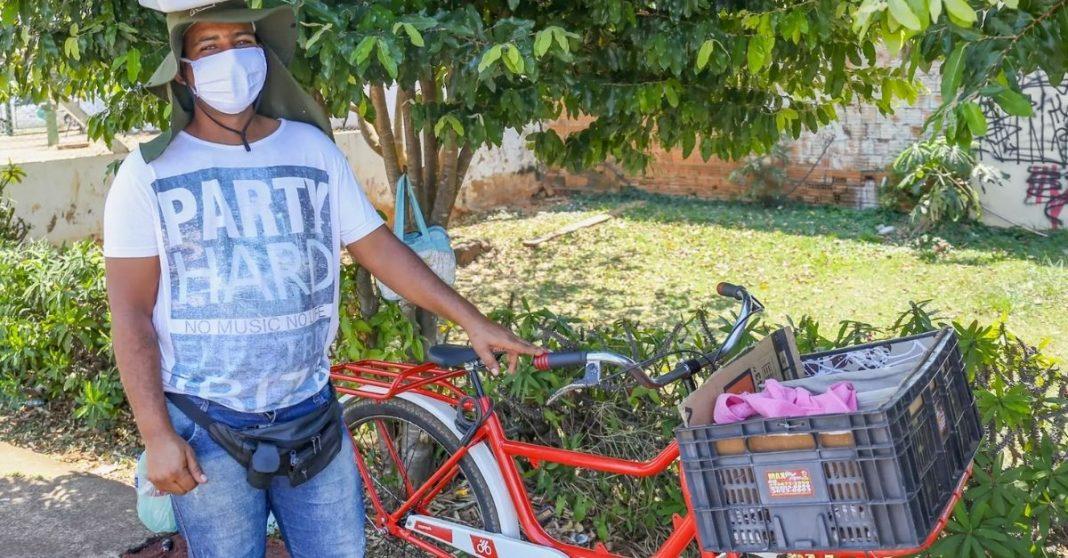 Vendedor de cocada que teve bike roubada após ser 'gentil demais' ganha uma novinha de cliente 1
