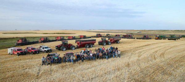 vizinhos ajudam fazendeiro