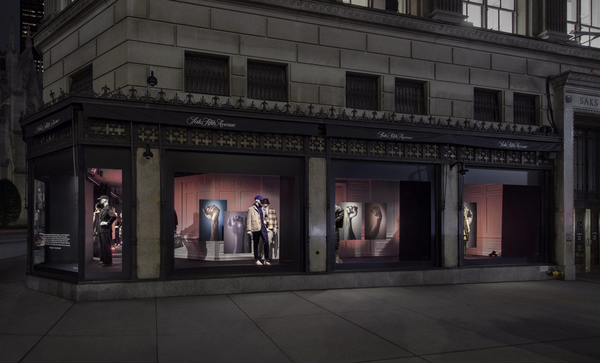 Punhos de refugiados: fotógrafo brasileiro estampa vitrines da icônica Saks, em Nova York 5