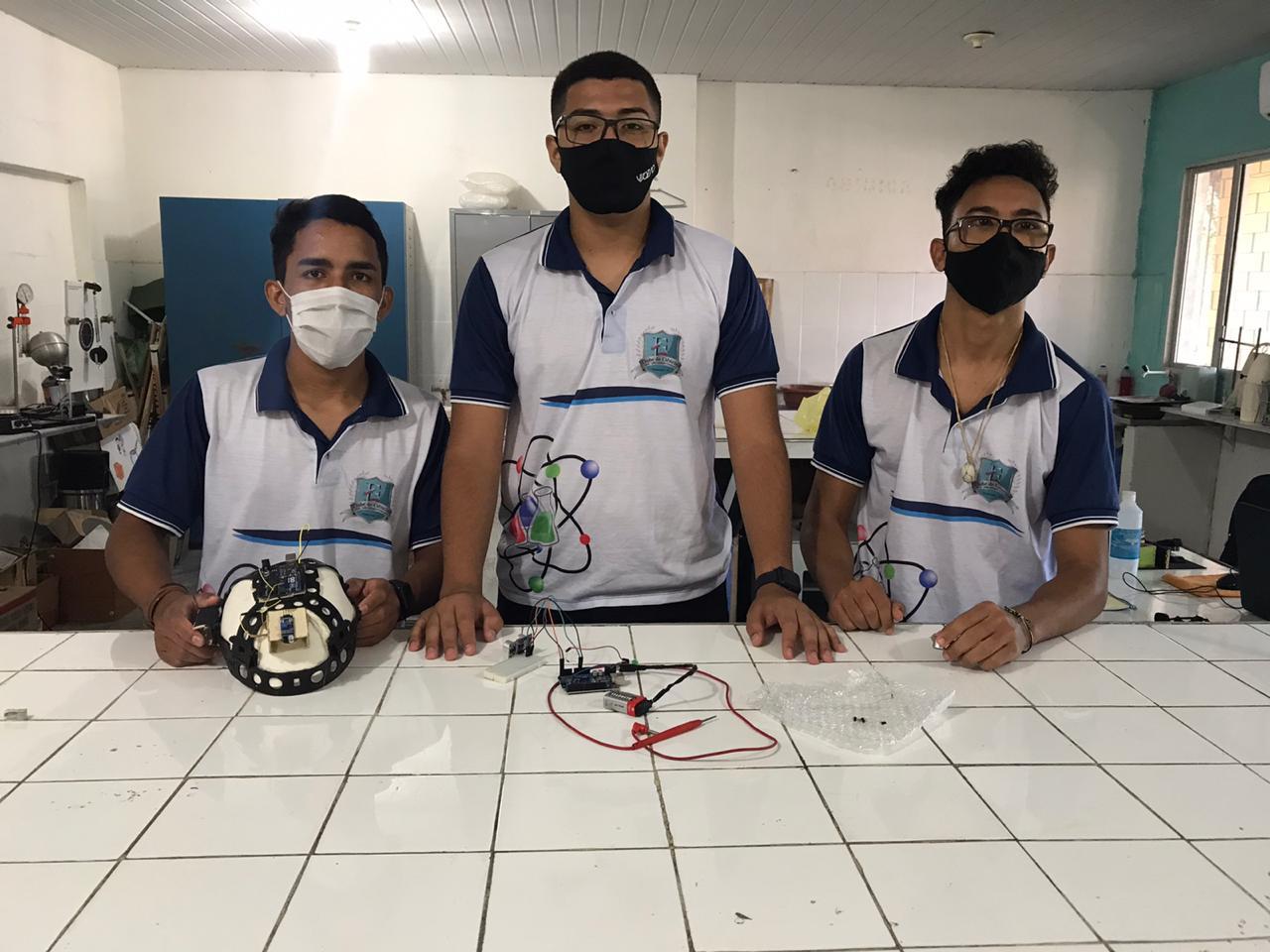 Alunos do CE transformam capacete de construção civil em sensor de movimento para deficientes visuais 4