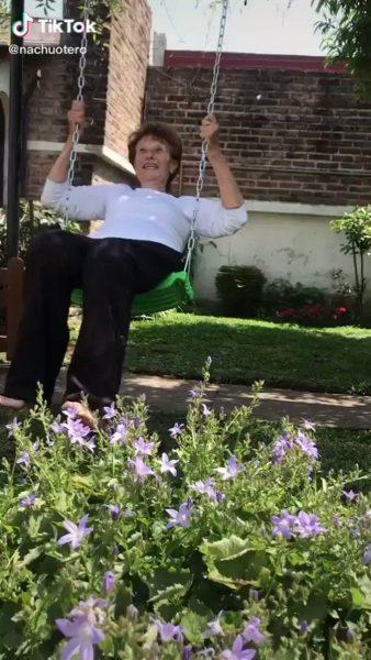 avó ganha balancinho